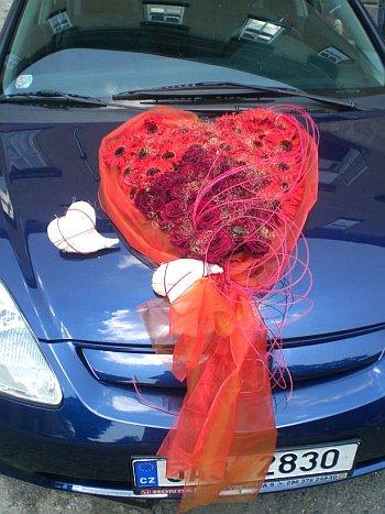 svatební květiny na auto srdce z červených růží