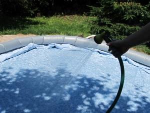 5 cm vody v bazénu