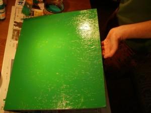 Podložka po mozaiku je právě pečlivě natřena